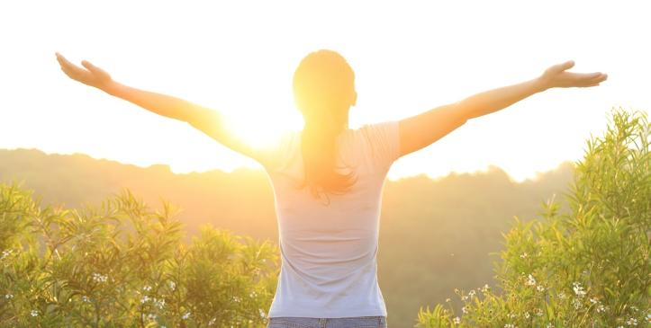 zelfcompassie uitgedrukt in verwelkomingsgebaar van de zon
